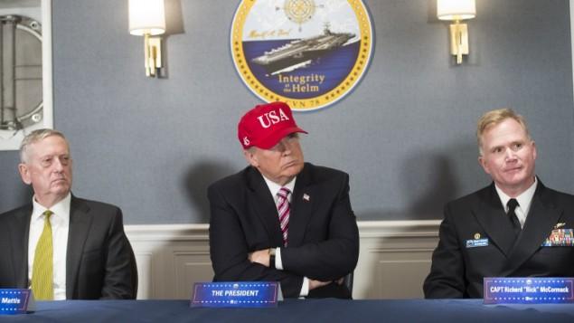 الرئيس الامريكي دونالد ترامب، وزير الدفاع جيمس ماتيس، يسار، والكابتن ريتشارد مكورماك خلال جلسة، 2 مارس 2017 (AFP/Saul Loeb)