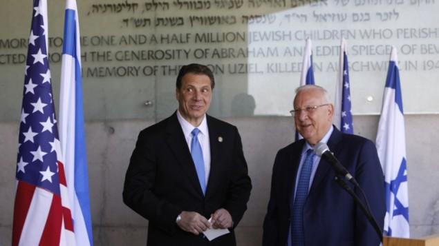حاكم نيويورك اندرو كومو يقف إلى جانب الرئيس الاسرائيلي رؤوفين ريفلين خلال جولة في مؤسسة ياد فاشيم لتخليد ذكرى المحرقة اليهودية في القدس، 5 مارس 2017 (MENAHEM KAHANA / AFP)