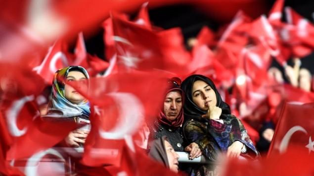 """نساء مناصرات للحكومة التركية خلال تظاهرة في ساحة باسطنبول  تأييدا للتصويت """"نعم"""" في استفتاء على تعديل دستوري يعزز صلاحيات الرئيس رجب طيب اردوغان، 5 مارس 2017 (OZAN KOSE / AFP)"""