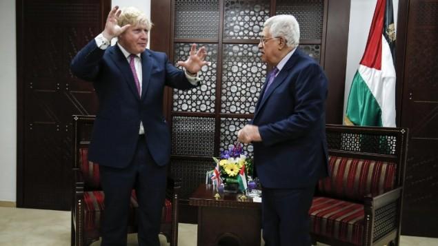 وزير الخارجية البريطاني بوريس جونسون يلتقي برئيس السلطة الفلسطينية محمود عباس في مدينة رام الله بالضفة الغربية، 8 مارس، 2017. (AFP PHOTO / ABBAS MOMANI)