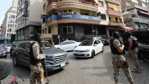 الاجهزة الأمنية اللبنانية خلال عمليات دهم شملت مؤسسات صيرفة وشركات مالية في بيروت، 7 مارس 2017 (ANWAR AMRO / AFP)