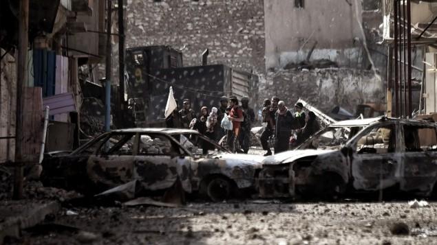 مدنيون عراقيون يفرون من مدينة الموصل مع تقدم القوات العراقية ضد تنيظم الدولة الإسلامية، 8 مارس 2017 (ARIS MESSINIS / AFP)