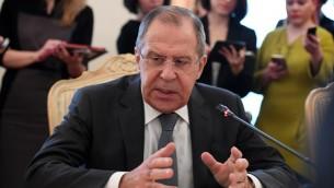 وزير الخارجية الروسي سيرغي لافروف يتحدث مع نظيره الالماني خلال لقائهما في موسكو، 9 مارس 2017 (NATALIA KOLESNIKOVA / AFP)