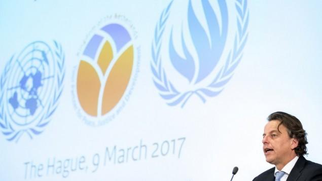 وزير خارجية هولندا برت كوندرز يتحدث في لاهاي خلال اطلاق بنك معلومات يضم ادلة على ارتكاب جرائم حرب في سوريا، 9 مارس 2017 (JERRY LAMPEN / ANP / AFP)