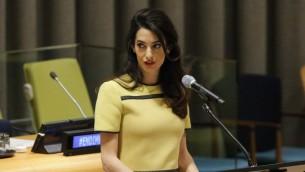 المحامية والناشطة في مجال الدفاع عن حقوق الإنسان أمل كلوني خلال خطاب امام الجمعية العامة للامم المتحدة في نيويورك، 9 مارس 2017 (KENA BETANCUR / AFP)