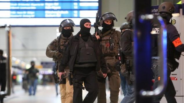 قوات الشرطة الالمانية الخاصة في محطة القطارات المركزية في دوسلدورفبعد اصابة عدة اشخاص في هجوم نفذه رجل يحمل فأس، 9 مارس 2017 (AFP/dpa/David Young)