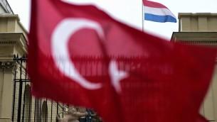 صورة تم إلتقاطها في 12 مارس، 2017، تظهر العلم التركي يرفرف أمام القنصلية الهولندية في إسطنبول. (AFP PHOTO / YASIN AKGUL)
