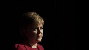 """رئيسة وزراء إسكتلندا  نيكولا ستورجون خلال إلقائها لمحاضرة بعنوان """"إسكتلندا وبريطانيا: السياسة الإقتصادية بعد إستفتاء الإتحاد الأوروبي"""" في مؤتمر لوحدة بحوث الإقتصاد السياسي في مركز أوكتاغون التابع لجامعة شيفيلد في شيفيلد، شمال إنجلترا، 7 نوفمبر، 2016. (AFP PHOTO / Paul ELLIS)"""
