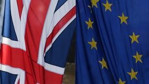 علم الاتحاد الاوروبي والعلم البريطاني في لندن، 13 مارس 2017 (DANIEL LEAL-OLIVAS / AFP)
