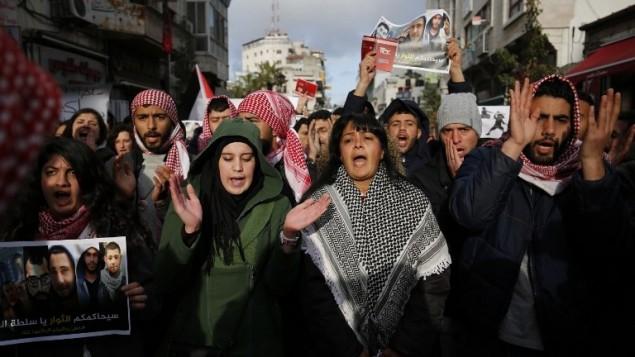 متظاهرون فلسطينيون في مدينة رام الله يتظاهرون ضد التنسيق الامني بين السلطة الفلسطينية واسرائيل، 13 مارس 2017 (AFP Photo/ Abbas Momani)