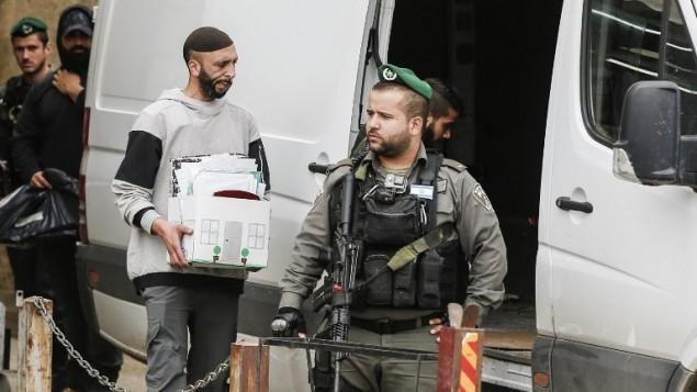 قوات الامن الإسرائيلية خلال عملية اغلاق مكتب في بيت حنينا بالقدس الشرقية، 14 مارس 2017 (AFP Photo/Ahmad Gharabli)