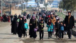 نازحون عراقيون يغادرون منطقة الموصل في 14 مارس 2017 (AHMAD AL-RUBAYE / AFP)