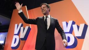 رئيس الوزراء الهولندي مارك روتي يحتفل بفوزه بالانتخابات في لاهاي، 15 مارس 2017 (JOHN THYS / AFP)