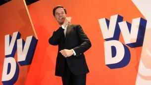 رئيس الوزراء الهولندي وزعيم الحزب الليبرالي مارك روتي يصل لإلقاء خطابه بعد فوزه في الإنتخابات العامة في لاهاي، 15 مارس، 2017. (AFP PHOTO / JOHN THYS)