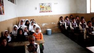 طلاب مدرسة افغان في مخيم لاجئين في لإيران، 9 فبراير 2015 (BEHROUZ MEHRI / AFP)