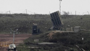صورة تم إلتقاطها في 17 مارس، 2017 تظهر نظام 'القبة الحديدية' الإسرائيلي، المصمم لإعتراض صواريخ قصيرة المدى وقذائف هاون، تم نشره في هضبة الجولان على الحدود الإسرائيلية-السورية. (AFP / JALAA MAREY)