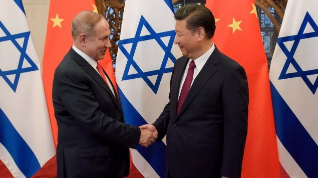 رئيس الوزراء بنيامين نتنياهو والرئيس الصيني شي جين بينغ يتصافحان قبل محادثاتهما في بكين، 21 مارس 2017 (AFP Photo/Pool/Etienne Oliveau)