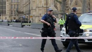 ضباط شرطة مسلحين يطوقون البرلمان البريطاني وسط لندن في 22 مارس، 2017. (AFP Photo/Daniel Leal-Olivas)