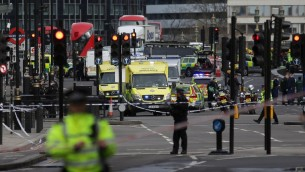 الشرطة تغلق منطقة في الطرف الجنوبي لجسر وستمينستر بالقرب من مقر البرلمان البريطاني في لندن، بعد هجوم دهس راح ضحيته 3 اشخاص، 22 مارس 2017 (DANIEL LEAL-OLIVAS / AFP)
