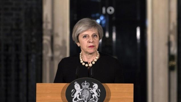 رئيسة الوزراء البريطانية تيريزا ماي تتحدث خارج '10 داونينغ ستريت' وسط لندن في 22 مارس، 2017، في أعقاب الإعتداء الذي وقع مجلس العموم البريطاني. (AFP Photo/Pool/Richard Pohle)