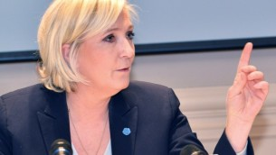 مرشحة حزب اليمين المتطرف 'الجبهة الوطنية' للإنتخابات الرئاسية الفرنسية، مارين لوبان، في مؤتمر صحفي في 22 مارس، 2017  في نجامينا، خلال زيارة لمدة يومين لتشاد. (AFP PHOTO / BRAHIM ADJI)
