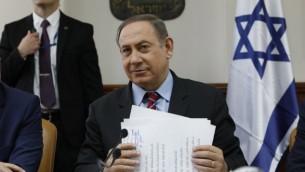 رئيس الوزراء بينيامين نتنياهو يترأس جلسة الحكومة في القدس، 26 مارس، 2017. (AFP/Gali TIBBON)