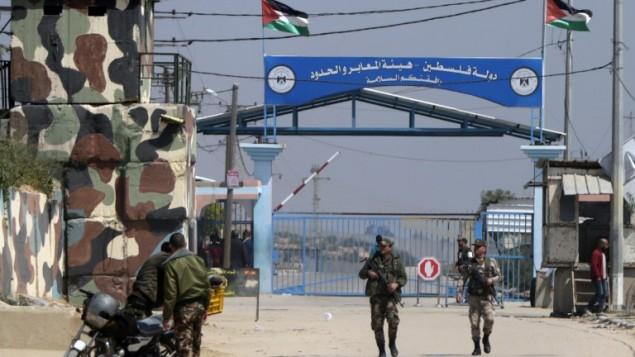 عناصر الأمن التابعة لحركة حماس عن معبر إيريز بين القطاع وإسرائيل، في بيت حانون، شمال قطاع غزة في 26 مارس، 2017، بعد أن قامت الحركة بإغلاقه بعد أن حملت إسرائيل مسؤولية اغتيال أحد مسؤوليها في القطاع الفلسطيني. (AFP/MAHMUD HAMS)