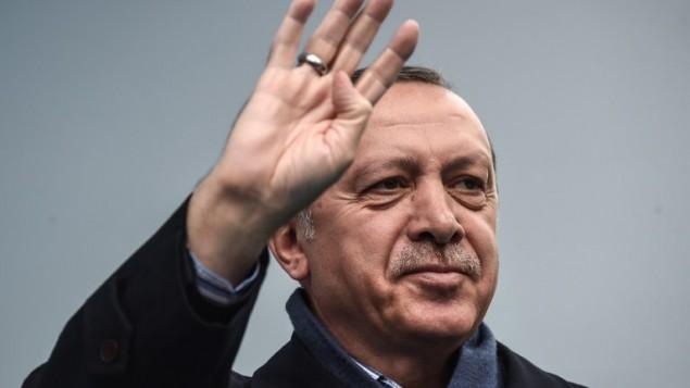 الرئيس التركي رجب طيب اردوغان خلال خطاب في اسطنبول، 26 مارس 2017 (OZAN KOSE / AFP)