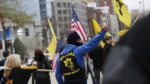 ناشط من 'رابطة الدفاع اليهودية' يتظاهر خلال مؤتمر ايباك السنوي في واشنطن، 26 مارس 2017 (AFP Photo/Andrew Biraj)