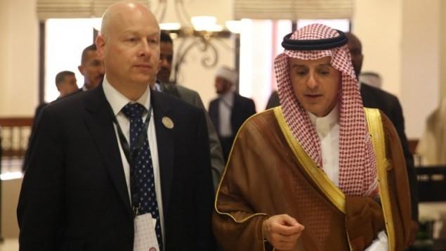 وزير الخارجية السعودي عادل الجبير يتحدث مع مبعوث الرئيس الامريكي الخاص للمفاوضات الدولية جيسون غرينبلات على هامش القمة العربية في الاردن، 29 مارس 2017 (AFP Photo/Khalil Mazraawi)