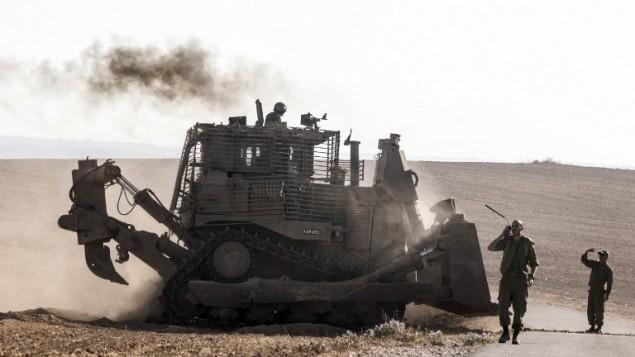 صورة توضيحية: جرافة عسكرية اسرائيلية على حدود غزة بعد غارة اسرائيلية على القطاع، 10 يوليو 2014 (Jack Guez/AFP)