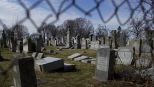 شواهد قبور يهودية محطمة في مقبرة 'كرمل'، 27 فبراير، 2017، في مدينة فيلادلفيا بولاية بنسيلفانيا. (Mark Makela/Getty Images/AFP)