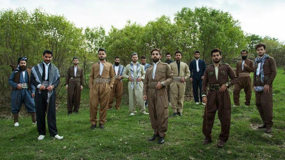 اعضاء ميستر اربيل بلباس كردستاني تقليدي، في كردستان العراق، مارس 2016 (Mustafa Khayat Photography, MkStudio)