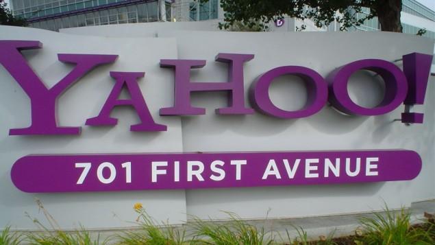 شعار شركة ياهوو امام مقرها في كاليفرونيا، 2006 (CC BY jschauma, Flickr)