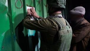 جنود إسرائيليون يقومون بتشميع ورشة يُشتبه بأنها استُخدمت لتصنيع أسلحة بشكل غير قانوني في الضفة الغربية، 29 مارس، 2017. (IDF Spokesperson's Unit)
