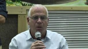 وزير الزراعة أوري أريئيل خلال حديث له في مدينة رهط البدوية، 6 مارس، 2017. (Screen capture: Ynet video)