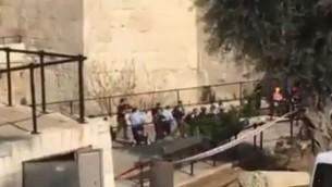 الشرطة تهرع إلى موقع محاولة هجوم عند باب العامود في القدس، 29 مارس، 2017. (Screen capture/YouTub)
