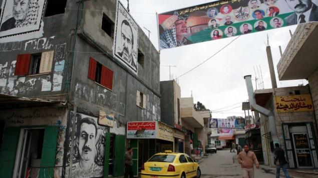 رسوم غرافيتي ولافتات في مخيم الدهيشة، بالقرب من بيت لحم. (Maya Levin/Flash90/File)