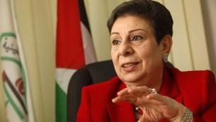 عضو اللجنة التنفيذية لمنظمة التحرير الفلسطينية حنان عشراوي في مكتبها برام الله، 31 يناير 2012 (Miriam Alster/Flash90)