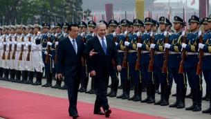 رئيس الوزراء بنيامين نتيناهو يتحدث مع رئيس الوزراء الصيني لي كي تشيانغ في بكين، 8 مايو 2013 (Avi Ohayon/GPO/Flash90)