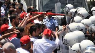 صورة ااتوضيج: شرطة مكافحة الشغب الفلسطينية في مواجهات مع متظاهرين فلسطينيين في رام الله. (Issam Rimawi/Flash90)