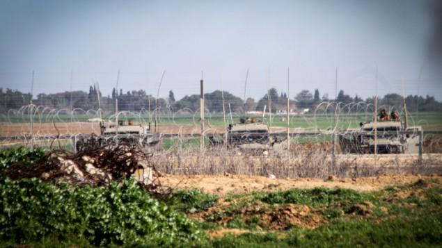 صورة للتوضيح: قوات إسرائيل بالقرب من السياج الحدودي بين إسرائيل وجنوبي قطاع غزة. (Abed Rahim Khatib/Flash90)