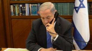 للتوضيح: رئيس الوزراء بينيامين نتنياهو يجري مكالمة هاتفية في مكتب رئيس الوزراء في القدس، 28 أبريل، 2014. (Amos Ben Gershon/GPO)