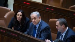 رئيس الوزراء بينيامين نتنياهو (إلى جانبه الوزيران ميري ريغيف ويسرائيل كاتس) في الكنيست، 8 فبراير، 2016. (Yonatan Sindel/Flash90)