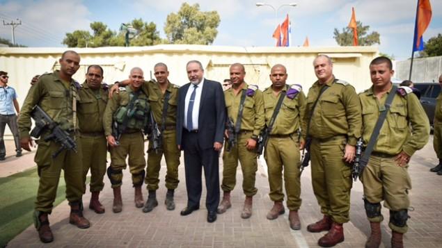 للتوضيح: وزير الدفاع أفيغدور ليبرمان في زيارة لكتيبة الإستطلاع الصحراوية  البدوية في الجيش الإسرائيلي، 26 يوليو، 2016. (Ariel Hermoni/Ministry of Defense)