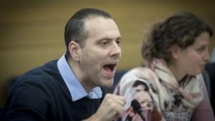 عضو الكنيست ميكي زوهر خلال حضور لجلسة للجنة المالية في الكنيست، خلال التصويت على ميزانية 2017-2018، في القدس، 19 ديسمبر، 2016. (Yonatan Sindel/Flash90)
