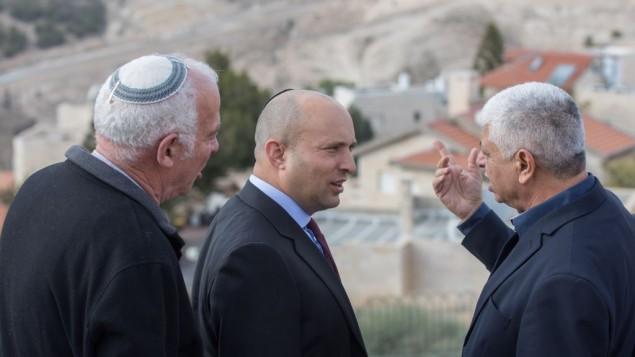 رئيس حزب 'البيت اليهودي' نفتالي بينيت (في وسط الصورة) يتحدث مع رئيس بلدية معاليه أدوميم بيني كاسريئل (من اليمين) قبل إنطلاق جلسة الحزب الخاصة في مستوطنة معاليه أدوميم الإسرائيلية، 2 يناير، 2017.(Yonatan Sindel/Flash90)