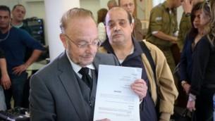 يورام شيفطل، محامي الدفاع عن الجندي إيلور عزاريا الذي أدين بالقتل غير العمد، ووالد عزاريا، تشارلي، خلال مؤتمر صحفي في 1 مارس، 2017، يقدمان إستئنافا ضد عقوبة السجن بحق عزاريا. (FLASH90)