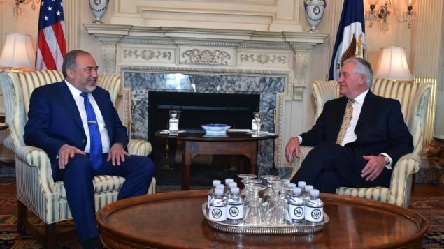 وزير الدفاع أفيغدور ليبرمان يلتقي بوزير الخارجية الأمريكي ريكس تيلرسون في واشنطن الأربعاءن 8 مارس، 2017. (Ariel Hermoni/Defense Ministry)