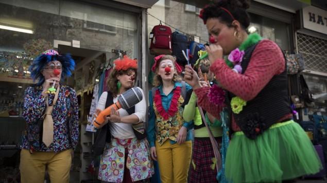 إسرائيليون بأزياء تنكرية في وسط القدس عشية عيد البوريم في 10 مارس، 2017. (Yonatan Sindel/Flash90)